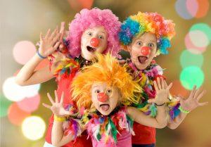 (alexkatkov/Shutterstock.com) bunte Kostüme zur Karnevalszeit in der Nähe vom Hotel finden