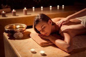 (LuckyImages/Shutterstock.com) Massageangebote in der Nähe vom Hotel