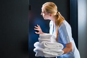 (kzenon/Shutterstock.com) Ferienhaus vs. Hotel - rundum Service im Hotel
