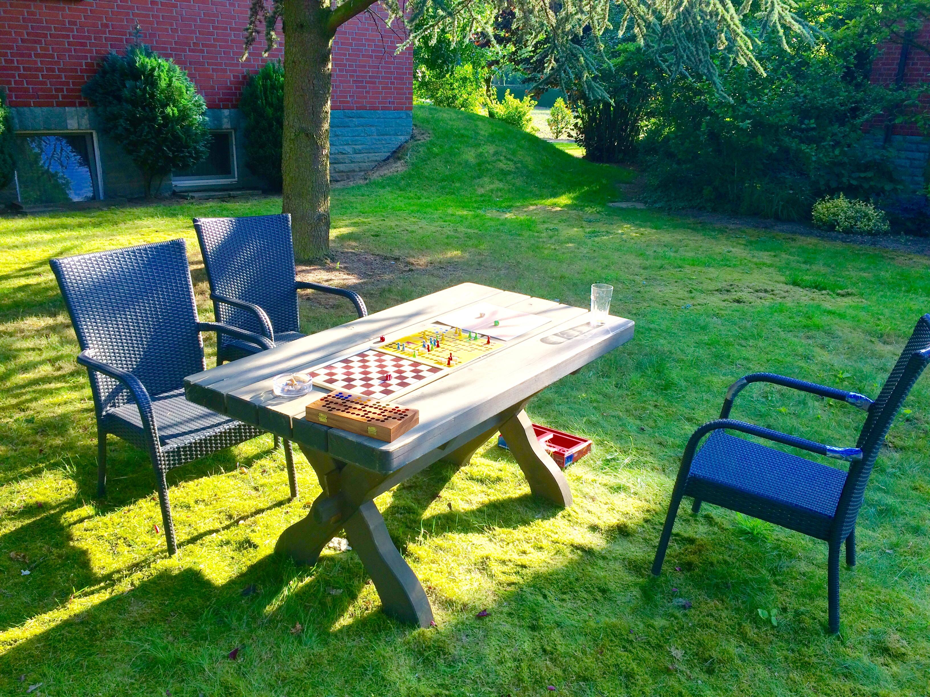 Spiele spielen am Hotel gegen Langeweile im Urlaub