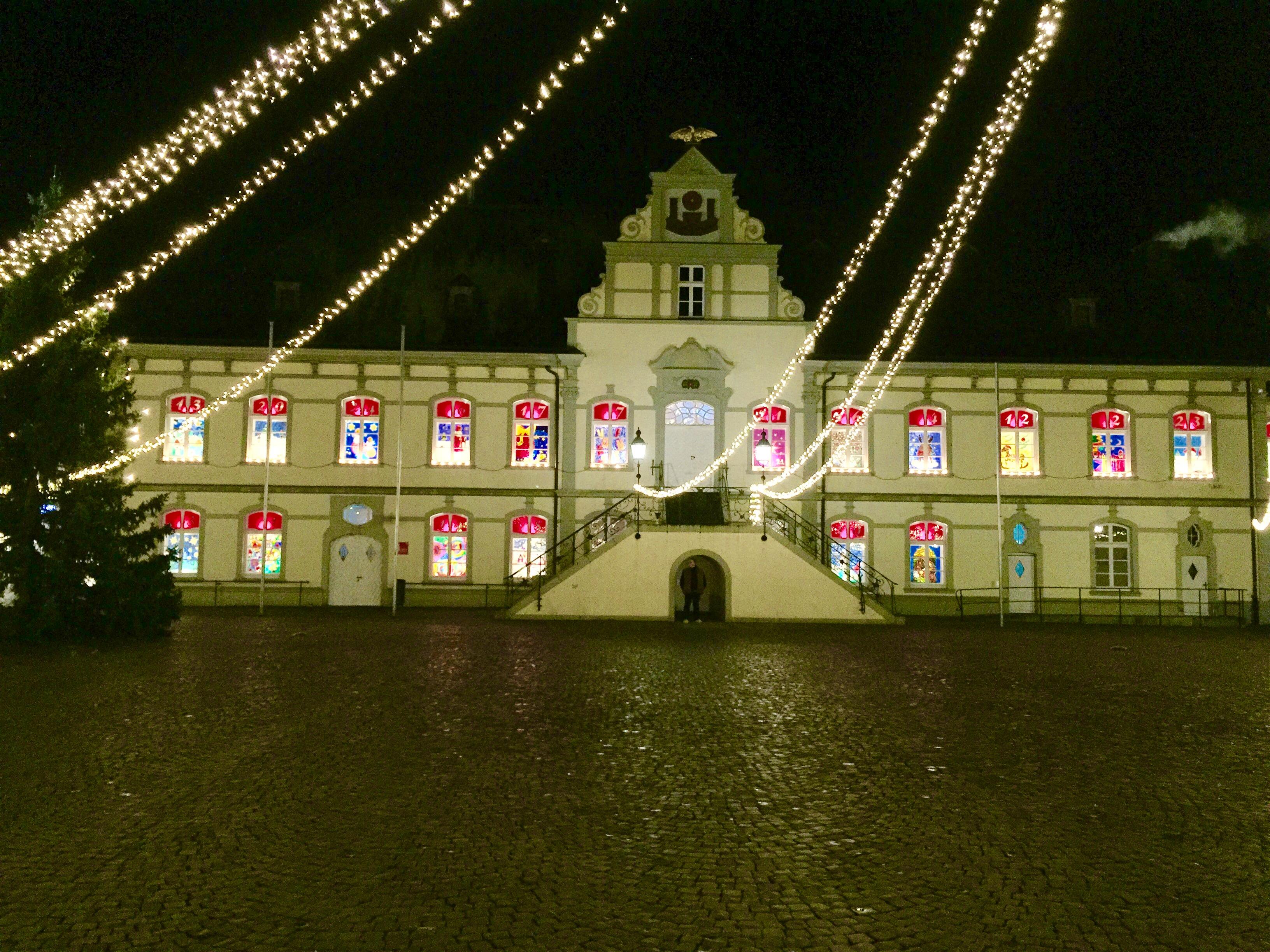 Die als Adventskalender gestalteten Fenster des Rathauses in Lippstadt begeistern zur Weihnachtszeit alles Urlauber.