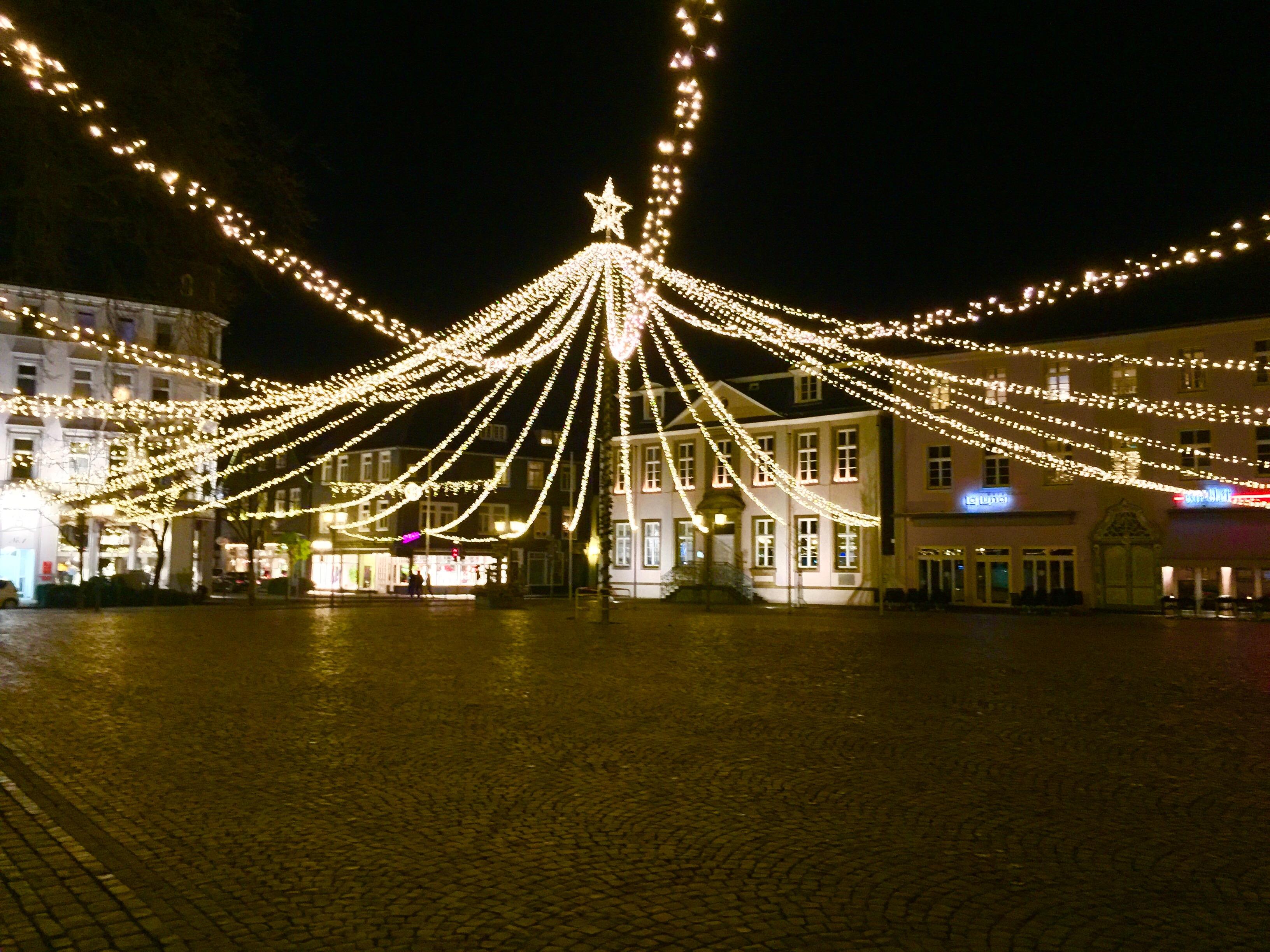 Der Rathausplatz in Lippstadt wartet auf den Weihnachtsmarkt