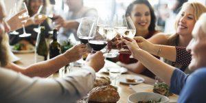 (Rawpixel.com/Shutterstock.com) Zu Zweit oder als Gruppe im Restaurant